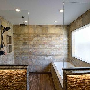 Inredning av ett rustikt stort en-suite badrum, med ett badkar i en alkov, en dusch/badkar-kombination, en toalettstol med hel cisternkåpa, flerfärgad kakel, stenkakel, beige väggar, laminatgolv och granitbänkskiva