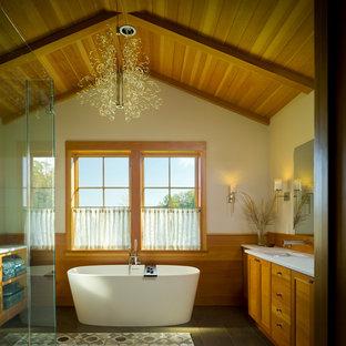 Foto di una stanza da bagno rustica con ante in legno scuro e vasca freestanding