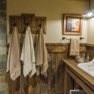 Diseño de cuarto de baño con ducha, rural, con ducha esquinera, baldosas y/o azulejos multicolor, baldosas y/o azulejos de piedra, suelo de pizarra, lavabo de seno grande y encimera de madera