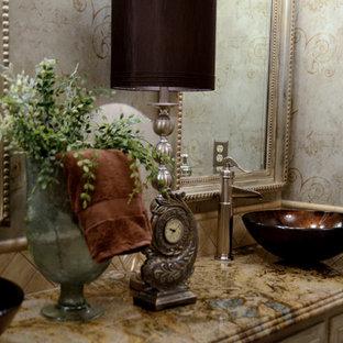 Diseño de cuarto de baño principal, clásico, de tamaño medio, con armarios con rebordes decorativos, puertas de armario beige, baldosas y/o azulejos beige, baldosas y/o azulejos de cerámica, paredes beige, lavabo sobreencimera y encimera de mármol