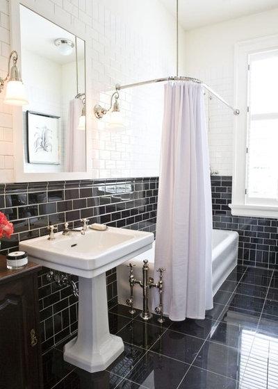 トラディショナル 浴室 by McIntyre Bills Corporation