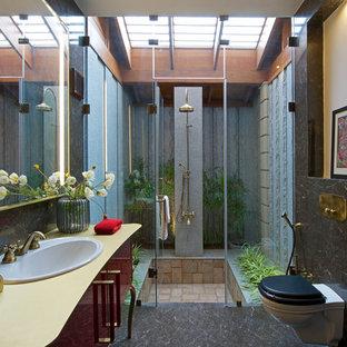 На фото: ванная комната среднего размера в восточном стиле с плоскими фасадами, темными деревянными фасадами, инсталляцией, накладной раковиной и душем с распашными дверями с