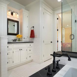 Mittelgroßes Klassisches Badezimmer En Suite mit profilierten Schrankfronten, weißen Schränken, Eckbadewanne, offener Dusche, Toilette mit Aufsatzspülkasten, schwarzen Fliesen, Steinplatten, grauer Wandfarbe, Einbauwaschbecken und Granit-Waschbecken/Waschtisch in Denver