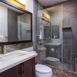 Kleines Modernes Badezimmer En Suite mit dunklen Holzschränken, offener Dusche, schwarz-weißen Fliesen, Kieselfliesen, beiger Wandfarbe, Porzellan-Bodenfliesen und Quarzit-Waschtisch in San Diego