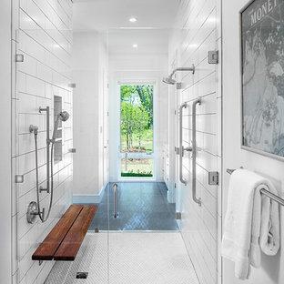 Immagine di una stanza da bagno tradizionale con piastrelle bianche, pareti bianche, porta doccia a battente, doccia alcova, pavimento con piastrelle a mosaico, pavimento bianco, nicchia e panca da doccia