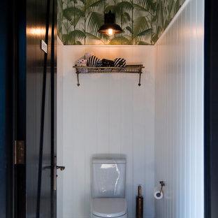 Ejemplo de cuarto de baño con ducha, rústico, pequeño, con armarios estilo shaker, puertas de armario blancas, sanitario de una pieza, paredes blancas, suelo de azulejos de cemento y suelo verde