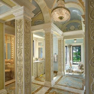 Ispirazione per un'ampia stanza da bagno padronale mediterranea con ante con riquadro incassato, ante gialle e pareti multicolore