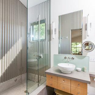 Immagine di una stanza da bagno contemporanea con lavabo a bacinella, ante lisce, ante in legno scuro, doccia aperta, piastrelle in metallo e doccia aperta