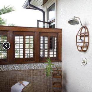 Großes Badezimmer mit beigen Schränken, offener Dusche, weißen Fliesen, Terrakottafliesen, grauer Wandfarbe, Mosaik-Bodenfliesen, Sauna und Waschtisch aus Holz in Miami