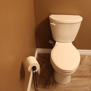 トロントの中くらいのトラディショナルスタイルのおしゃれなマスターバスルーム (フラットパネル扉のキャビネット、黒いキャビネット、コーナー設置型シャワー、一体型トイレ、茶色い壁、セラミックタイルの床、一体型シンク、珪岩の洗面台) の写真
