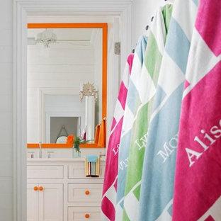Immagine di una grande stanza da bagno per bambini stile marinaro con ante in stile shaker, ante bianche, pareti bianche, pavimento in mattoni, lavabo sottopiano, pavimento marrone e top bianco