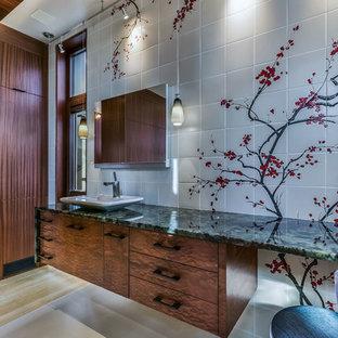 Inredning av ett modernt stort grön grönt en-suite badrum, med släta luckor, bruna skåp och ett fristående handfat