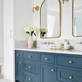 Esempio di una stanza da bagno tradizionale con ante in stile shaker, ante blu, pareti bianche, lavabo sottopiano, pavimento grigio, top bianco e due lavabi