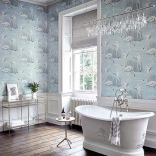 Idéer för att renovera ett vintage en-suite badrum, med ett fristående badkar, blå väggar, mörkt trägolv och brunt golv