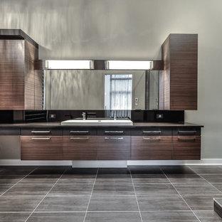 Immagine di un'ampia stanza da bagno padronale con ante lisce, ante in legno scuro e top in quarzo composito