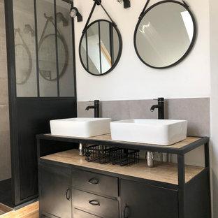 Esempio di una stanza da bagno padronale industriale di medie dimensioni con doccia aperta, pareti bianche, pavimento in cementine, lavabo rettangolare, top in acciaio inossidabile, pavimento grigio, top nero, ante nere, piastrelle grigie e piastrelle di cemento