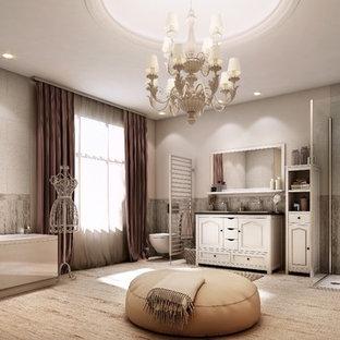 Esempio di un'ampia stanza da bagno stile shabby con consolle stile comò, vasca ad alcova, doccia aperta, WC sospeso, piastrelle grigie, pareti beige, pavimento in legno massello medio e doccia aperta