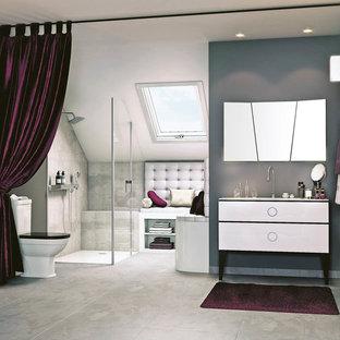 Immagine di una stanza da bagno padronale tradizionale di medie dimensioni con ante bianche, doccia a filo pavimento, WC monopezzo, piastrelle grigie, pareti grigie, lavabo sottopiano, pavimento grigio, porta doccia a battente e top bianco