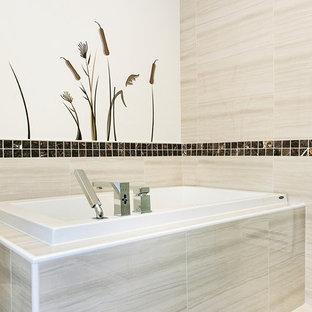 Idee per una stanza da bagno padronale minimalista di medie dimensioni con ante marroni, pavimento con piastrelle in ceramica, lavabo integrato, ante lisce, top in quarzite, vasca da incasso, doccia ad angolo, WC monopezzo, piastrelle beige, piastrelle in ceramica e pareti beige