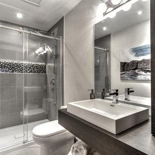 Idee per una piccola stanza da bagno minimalista con ante lisce, ante in legno bruno e top in laminato
