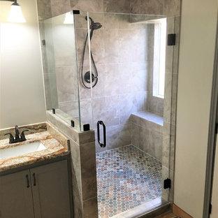 Esempio di una stanza da bagno padronale contemporanea di medie dimensioni con ante in stile shaker, ante grigie, doccia ad angolo, piastrelle grigie, pareti grigie, pavimento in terracotta, lavabo sottopiano, top in granito, pavimento arancione e porta doccia a battente