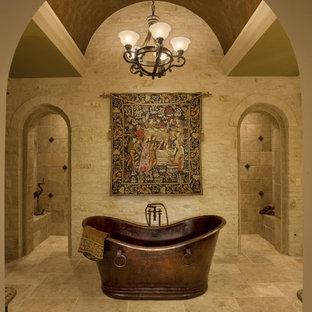 オースティンのトラディショナルスタイルのおしゃれな浴室 (置き型浴槽、ベージュのタイル) の写真