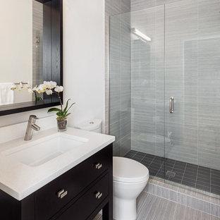 Bild på ett litet vintage badrum med dusch, med ett undermonterad handfat, en dusch i en alkov och grå kakel