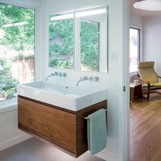 Contemporary Bathroom by building Lab, inc.