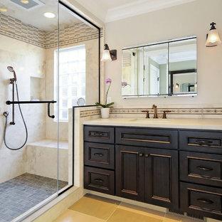 Exemple d'une salle de bain craftsman avec carrelage en mosaïque.