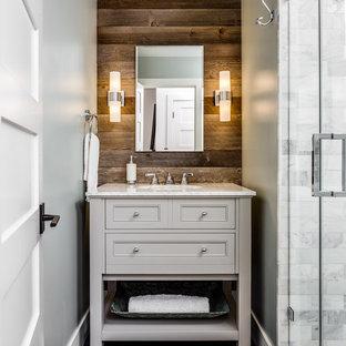 Kleines Uriges Duschbad mit Schrankfronten im Shaker-Stil, hellen Holzschränken, freistehender Badewanne, grauen Fliesen, Steinfliesen, grauer Wandfarbe, Marmor-Waschbecken/Waschtisch, Duschnische, Unterbauwaschbecken, Falttür-Duschabtrennung und grauem Boden in San Francisco