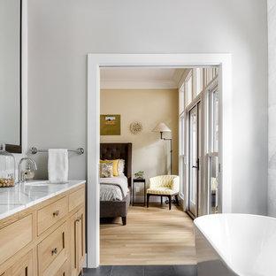 Inspiration för ett mellanstort vintage vit vitt en-suite badrum, med skåp i shakerstil, skåp i ljust trä, ett fristående badkar, grå kakel, stenkakel, grå väggar, en hörndusch, en toalettstol med hel cisternkåpa, kalkstensgolv och ett undermonterad handfat