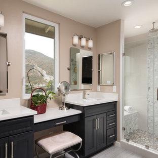 Esempio di una stanza da bagno padronale chic di medie dimensioni con ante in stile shaker, ante nere, doccia alcova, WC monopezzo, piastrelle multicolore, piastrelle di vetro, pareti beige, parquet chiaro, lavabo integrato e top in marmo