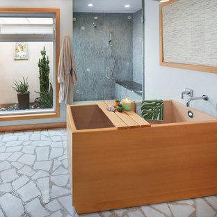 Esempio di una stanza da bagno padronale minimal di medie dimensioni con ante in stile shaker, ante in legno chiaro, vasca giapponese, doccia a filo pavimento, WC monopezzo, piastrelle verdi, piastrelle a mosaico, pareti verdi, pavimento in marmo, lavabo sottopiano, top in quarzo composito, pavimento bianco, porta doccia a battente e top beige