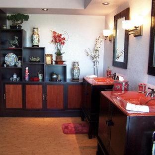 Imagen de cuarto de baño principal, asiático, grande, con lavabo integrado, armarios tipo mueble, puertas de armario de madera en tonos medios, encimera de vidrio, bañera encastrada, ducha esquinera, sanitario de una pieza, baldosas y/o azulejos multicolor, baldosas y/o azulejos de porcelana, paredes púrpuras y suelo de bambú