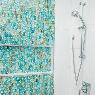Idee per una stanza da bagno costiera con piastrelle multicolore e piastrelle di ciottoli