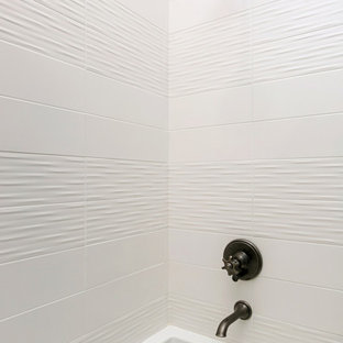 Modelo de cuarto de baño infantil, rural, con armarios estilo shaker, puertas de armario de madera oscura, bañera empotrada, ducha empotrada, sanitario de una pieza, baldosas y/o azulejos blancos, baldosas y/o azulejos de porcelana, paredes grises, suelo de baldosas de porcelana, lavabo bajoencimera, encimera de cuarzo compacto, suelo blanco, ducha con puerta con bisagras y encimeras grises