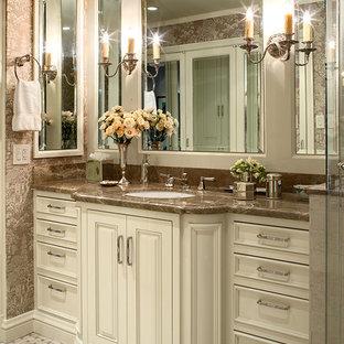 Klassisches Badezimmer mit Unterbauwaschbecken, profilierten Schrankfronten und weißen Schränken in San Francisco