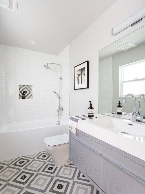 salle de bain avec un lavabo int gr et une baignoire en