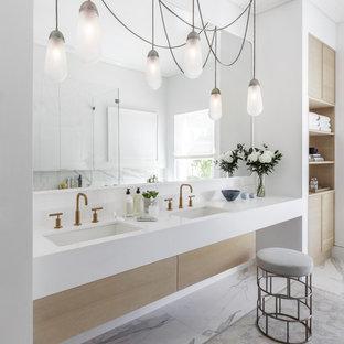 Bild på ett stort funkis en-suite badrum, med släta luckor, skåp i ljust trä, vita väggar, marmorgolv, ett undermonterad handfat, flerfärgat golv, ett undermonterat badkar, en hörndusch, grå kakel, tunnelbanekakel, bänkskiva i kvarts och dusch med gångjärnsdörr