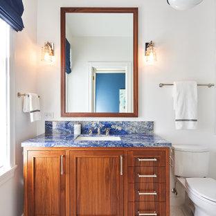 Foto di una stanza da bagno tradizionale con ante in stile shaker, ante in legno scuro, pareti bianche, pavimento con piastrelle a mosaico, lavabo sottopiano, pavimento bianco, top blu, un lavabo e mobile bagno freestanding