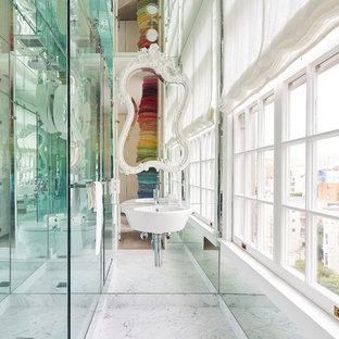 Foto di una stanza da bagno boho chic di medie dimensioni con doccia ad angolo, piastrelle a specchio, lavabo sospeso, pavimento bianco, pavimento in marmo e porta doccia a battente