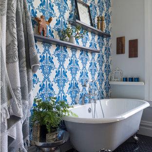 Ejemplo de cuarto de baño clásico con bañera con patas, paredes multicolor y suelo con mosaicos de baldosas