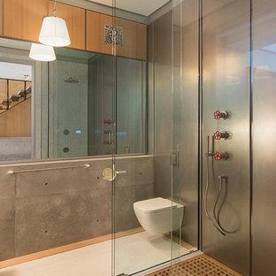 Industrial Badezimmer mit bodengleicher Dusche, Wandtoilette, Metallfliesen, grauer Wandfarbe, weißem Boden und offener Dusche in San Francisco