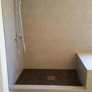 Großes Mid-Century Badezimmer En Suite mit Toilette mit Aufsatzspülkasten, hellem Holzboden, flächenbündigen Schrankfronten, weißen Schränken, freistehender Badewanne, bodengleicher Dusche, schwarzen Fliesen, Keramikfliesen, weißer Wandfarbe, integriertem Waschbecken und Kalkstein-Waschbecken/Waschtisch in San Francisco