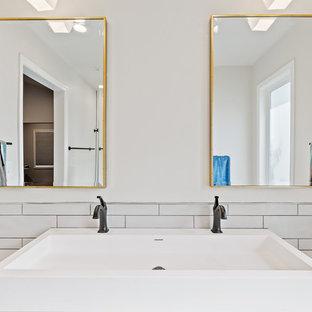 Foto di una stanza da bagno padronale moderna di medie dimensioni con ante in stile shaker, ante grigie, doccia alcova, piastrelle bianche, piastrelle in ceramica, pareti bianche, pavimento in cementine, lavabo a bacinella, top in quarzite, pavimento multicolore, porta doccia a battente e top bianco