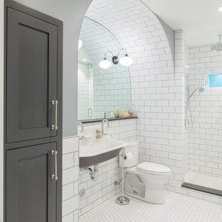 Immagine di una stanza da bagno con doccia classica di medie dimensioni con ante in stile shaker, ante grigie, doccia aperta, WC monopezzo, piastrelle bianche, piastrelle diamantate, pareti grigie, pavimento con piastrelle a mosaico, lavabo sospeso, pavimento bianco e doccia aperta