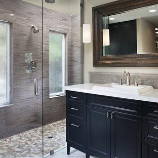 Diseño de cuarto de baño actual con lavabo encastrado, armarios con paneles empotrados, puertas de armario negras, ducha empotrada y baldosas y/o azulejos grises