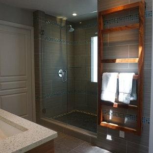 Foto de cuarto de baño principal, minimalista, de tamaño medio, con puertas de armario de madera oscura, ducha empotrada, baldosas y/o azulejos grises, baldosas y/o azulejos de porcelana, paredes grises, suelo de baldosas de porcelana, lavabo bajoencimera, encimera de terrazo, suelo gris y ducha con puerta con bisagras
