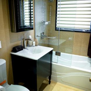 На фото: с высоким бюджетом ванные комнаты среднего размера в стиле модернизм с монолитной раковиной, фасадами островного типа, темными деревянными фасадами, столешницей из искусственного камня, ванной в нише, душем над ванной, унитазом-моноблоком, керамической плиткой, желтыми стенами, полом из керамической плитки, душевой кабиной и бежевой плиткой