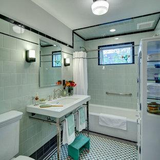 Mittelgroßes Rustikales Badezimmer mit Glasfronten, gelben Schränken, Badewanne in Nische, Duschbadewanne, Wandtoilette mit Spülkasten, grünen Fliesen, Metrofliesen, grüner Wandfarbe, Mosaik-Bodenfliesen, Waschtischkonsole, türkisem Boden und Duschvorhang-Duschabtrennung in Los Angeles
